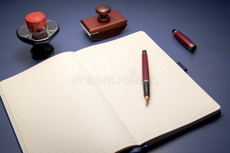 Färdig handstiluppsättning på skrivbordet arkivfoto