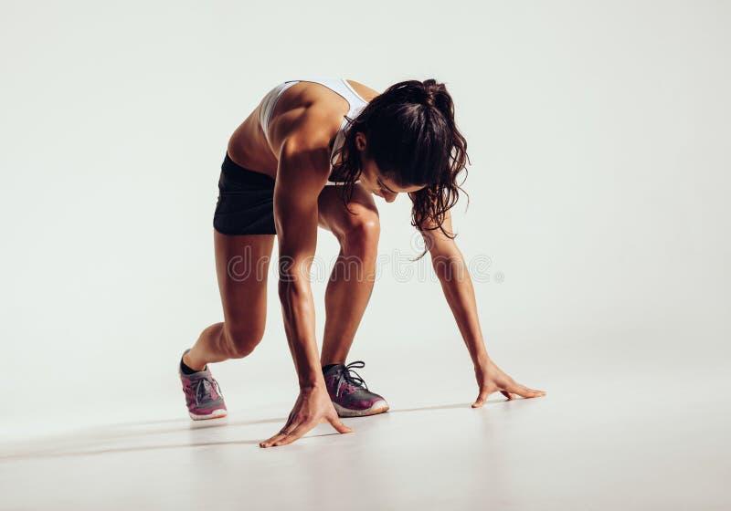 Färdig kvinnlig idrottsman nen som är klar att köra arkivbild