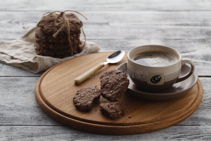Färdig mat Havrekakor och kaffe för frukost arkivbilder