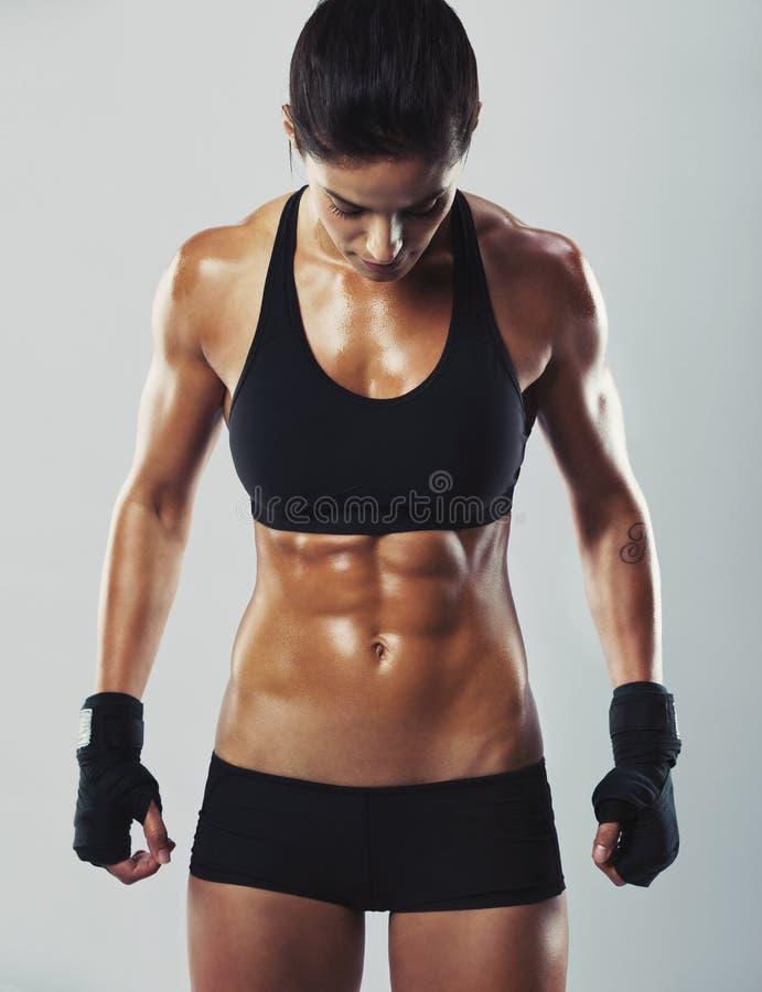 Färdig och sexig ung kvinnlig kroppsbyggare arkivbilder
