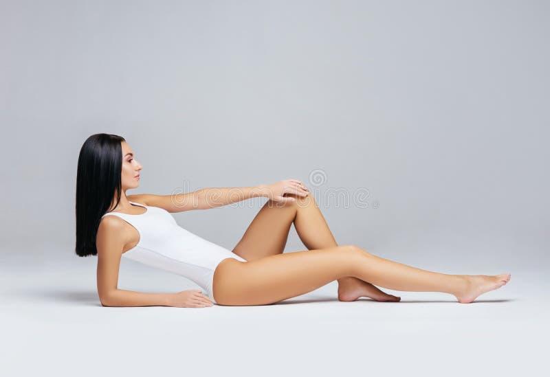 Färdig och sportig flicka i den vita baddräkten Sporten kondition, bantar, viktförlust och sjukvårdbegreppet royaltyfri bild