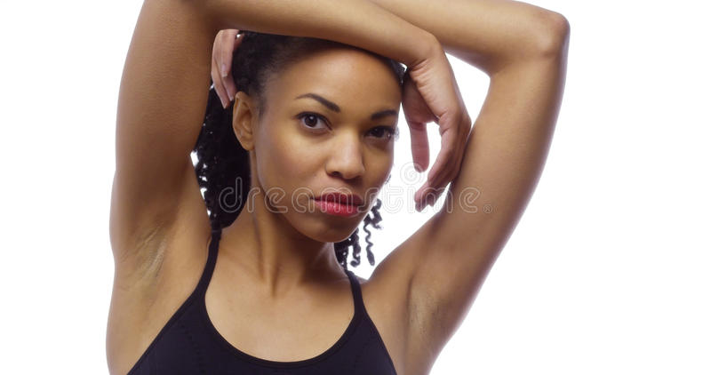 Färdig svart kvinna som ser kameran royaltyfri foto