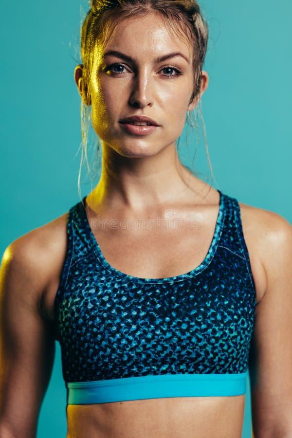 Färdig ung idrottskvinna royaltyfri bild