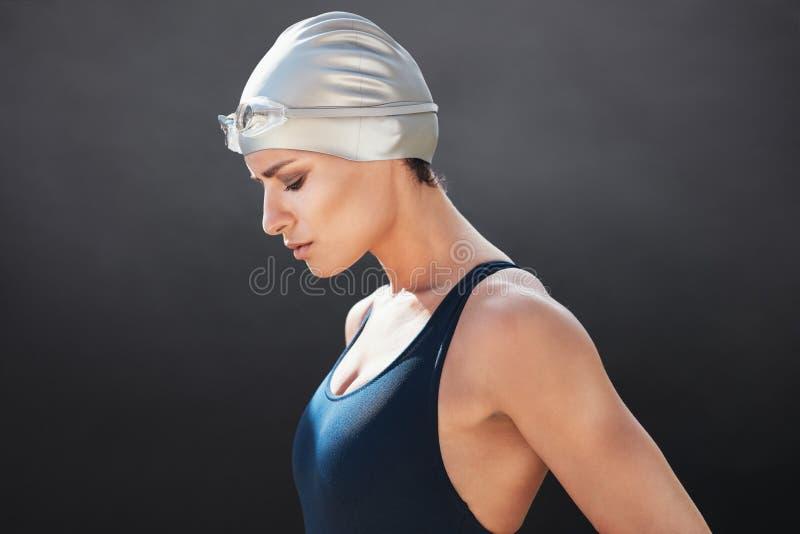 Färdig ung kvinnlig simmare arkivbild