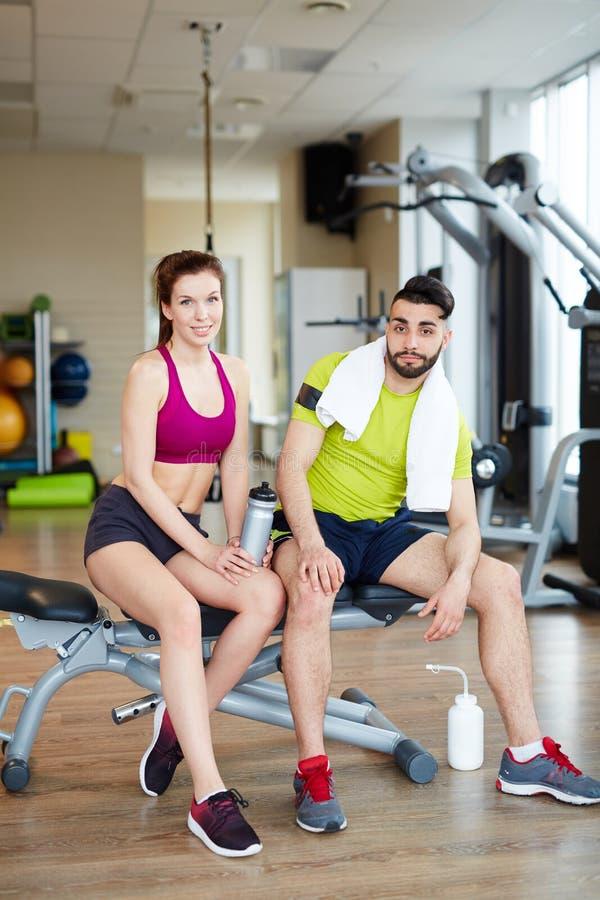Färdiga par, når utbildning i idrottshall arkivbild