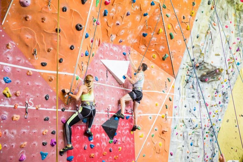 Färdiga par vaggar klättring inomhus royaltyfri fotografi