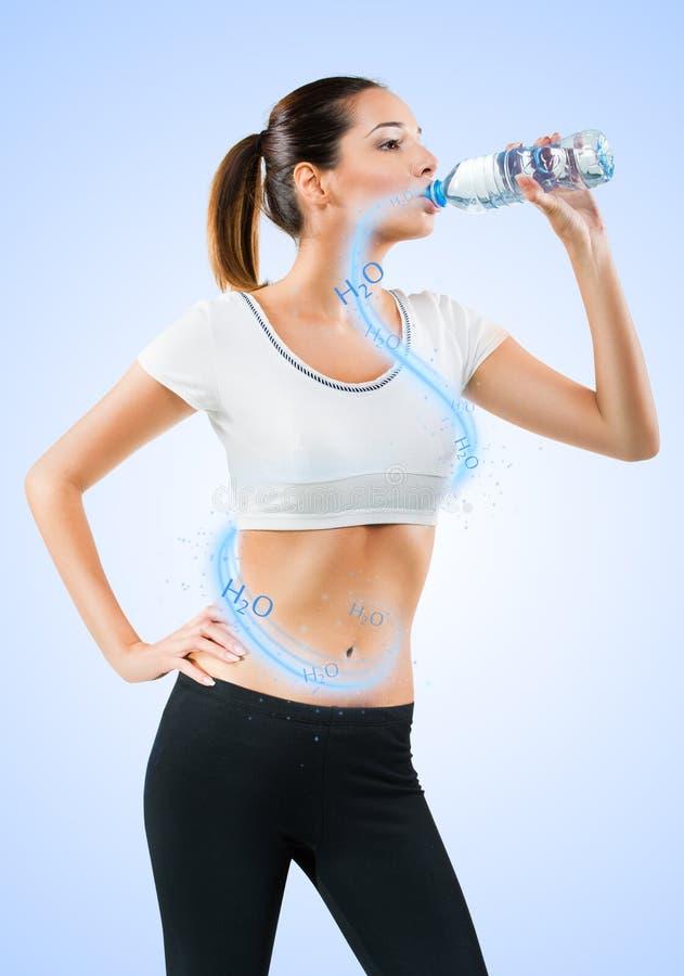 Färdigt dricksvatten för ung kvinna arkivfoto