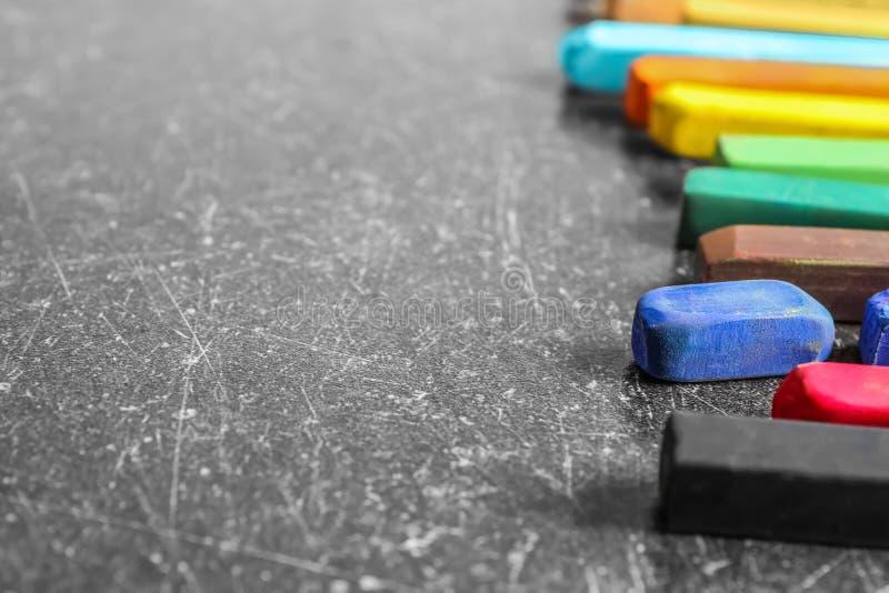 Färg chalks på grå bakgrund arkivfoto