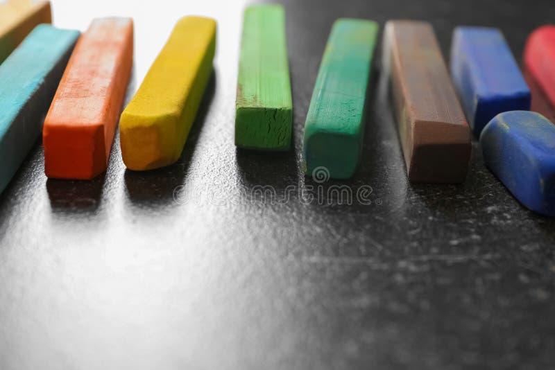 Färg chalks på grå bakgrund arkivfoton