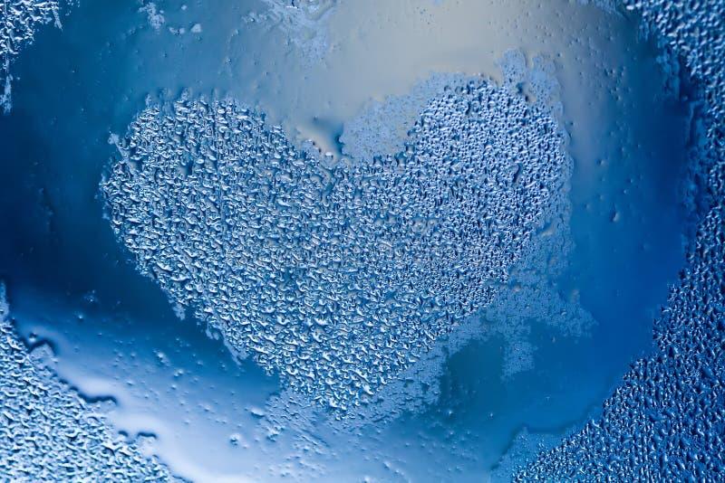 Färg för blått för förälskelsehjärtaform på små droppar texturerad modell Abstrakt fönsterram med vätskevattenbubblor closeup royaltyfria foton
