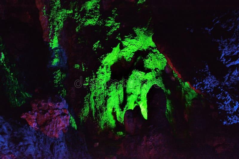 Färg och belysning inom grottan, Fujian, söder av Kina royaltyfria bilder