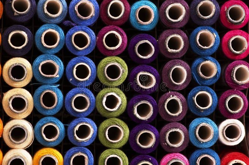 färg reels trådar arkivbild