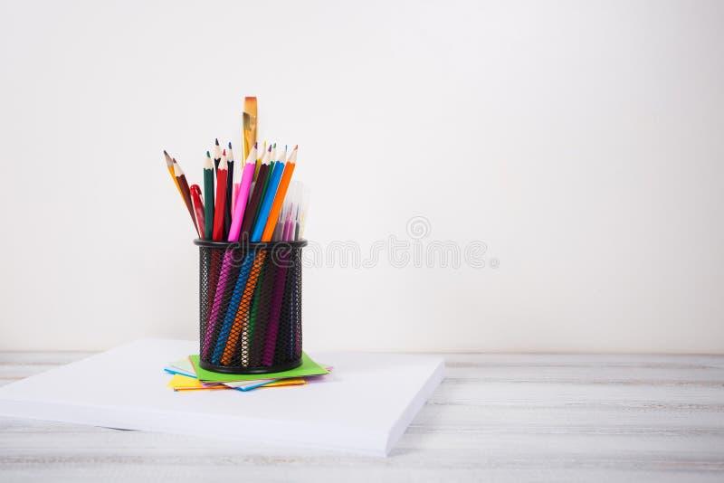 Färg ritar i den tenn- canen, den wood tabellen arkivbild