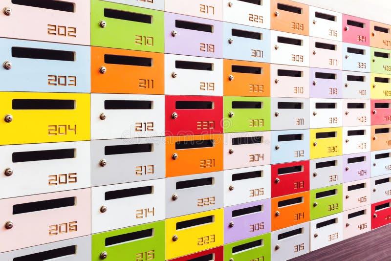 Färg som skjutas av några skåp arkivbilder