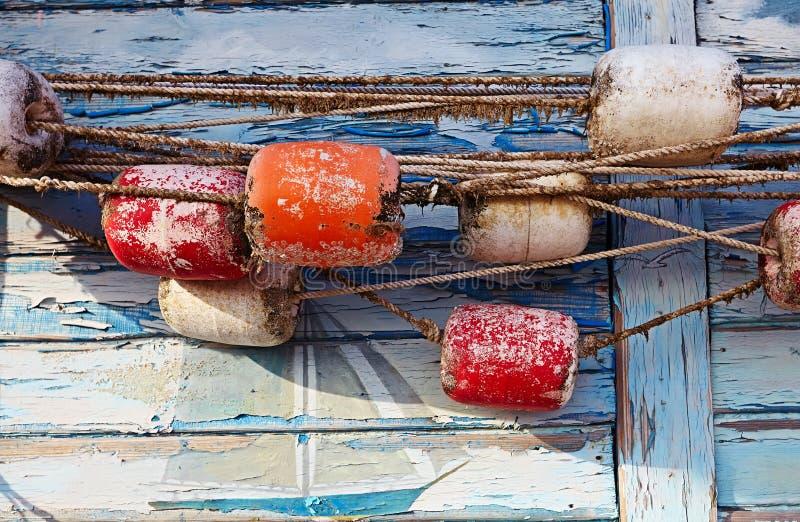 Färga detaljen av ett gammalt fisknät på gammal blå träbakgrund royaltyfri foto