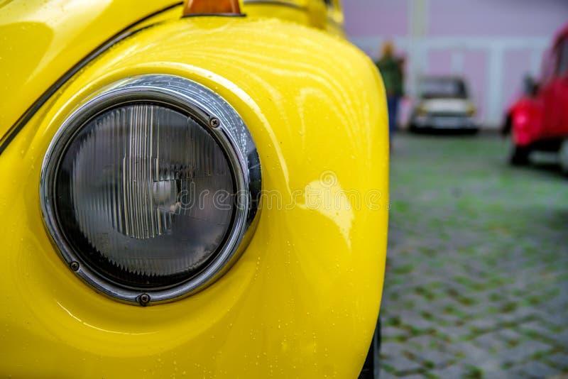 Färga detaljen på billyktan av en tappningbil royaltyfri bild