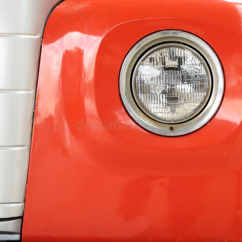 Färga detaljen på billyktan av en tappningbil arkivfoto