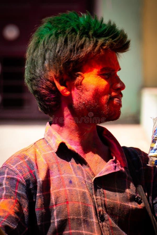 Färga festivalen en man med tre färger royaltyfria foton