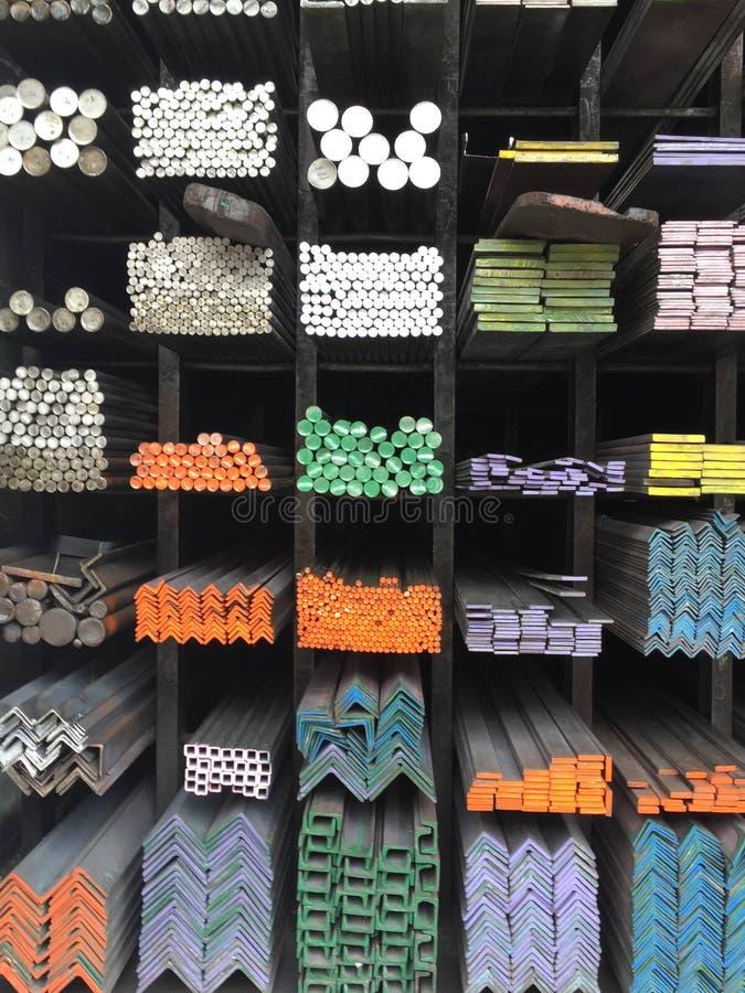 Färga fläcken för olika format av metall på hylla fotografering för bildbyråer
