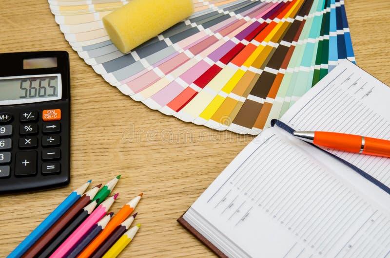 Färga provkartor, rita, skriva, anteckningsboken, räknemaskin arkivfoto