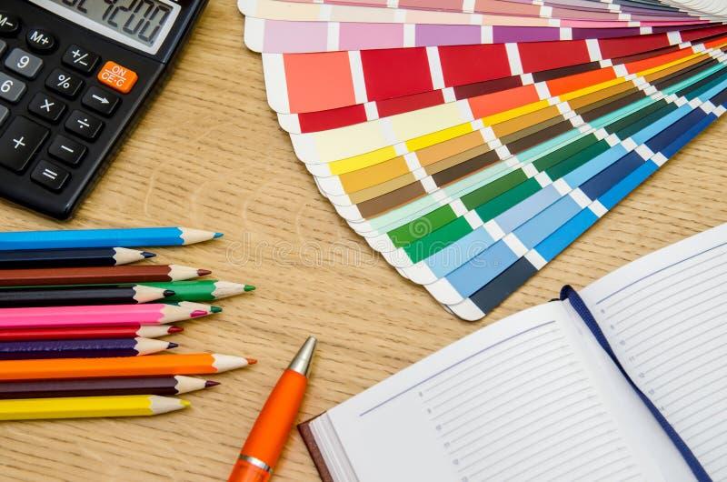 Färga provkartor, rita, skriva, anteckningsboken, räknemaskin fotografering för bildbyråer