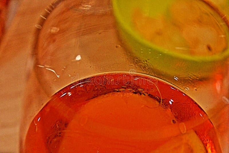 Färgad bakgrund skapade, genom nära att fotografera en aperitif som togs från stången royaltyfri foto