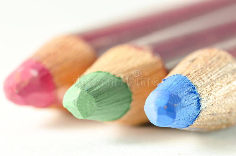 Färgade blyertspennor med RGB-nyanser arkivfoto