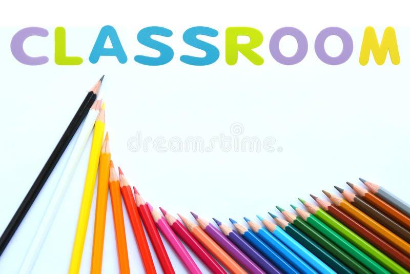 Färgade blyertspennor vinkar med alfabetsvampgummi av text 'KLASSRUM 'över vit bakgrund vektor illustrationer