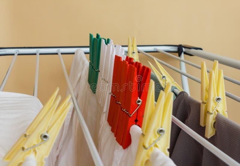Färgade clothespines som är röda som är gröna och som är vita royaltyfria bilder