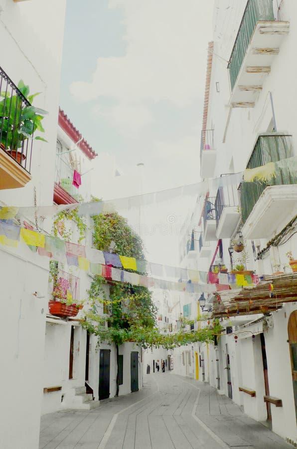 Färgade flaggor i den Ibiza staden royaltyfri bild