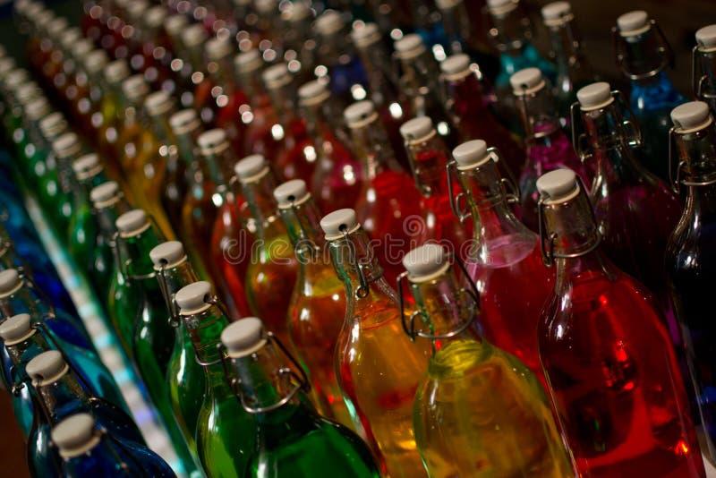färgade flaskor arkivfoto