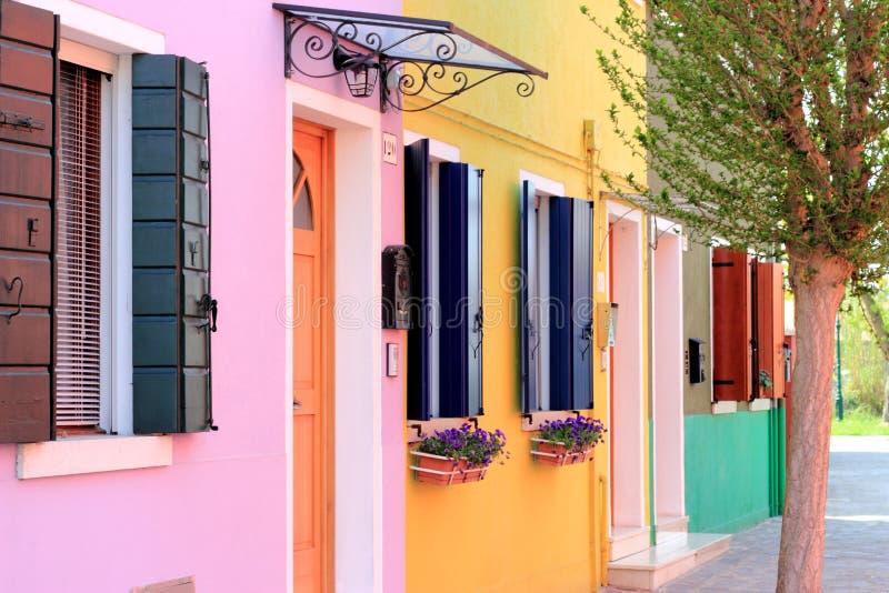 Färgade hus i Burano arkivfoton