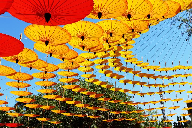 Färgade Lanna paraplyer arkivbild