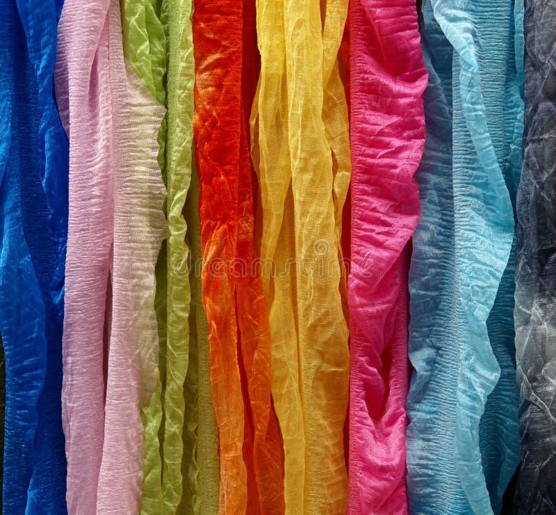 färgade mång- silk resursscarfs för bakgrund arkivfoton