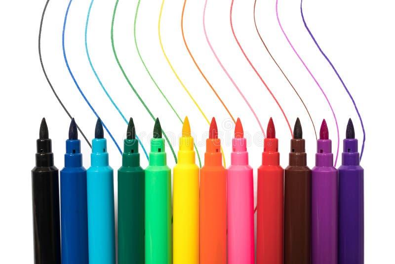 Färgade markörer med flerfärgade linjer som isoleras på vit bakgrund royaltyfria bilder