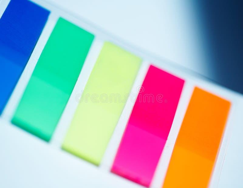 färgade plastic etiketter royaltyfri foto