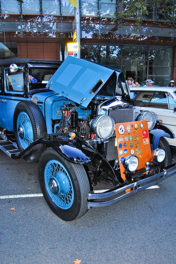 Färgar den historiska bilen för tappning i blått i klassiska motoriska shower på den Australien dagen fotografering för bildbyråer