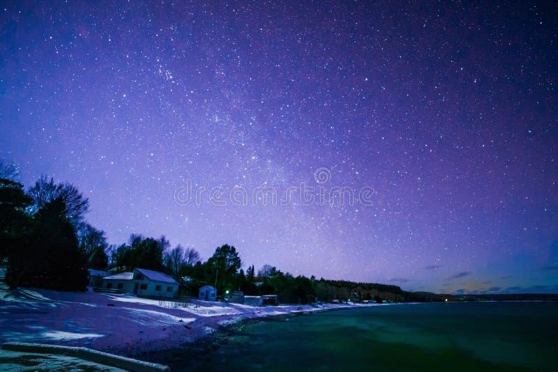 Färgare skäller, Bruce Peninsula på nattetid med den mjölkaktiga vägen och stjärnan fotografering för bildbyråer