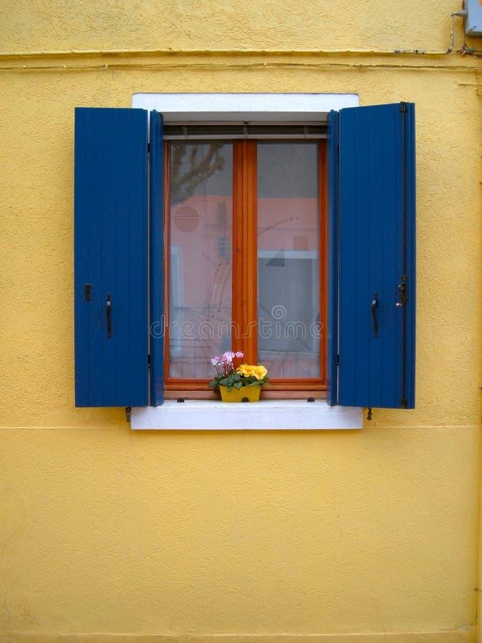 färgat öppet fönster arkivfoton