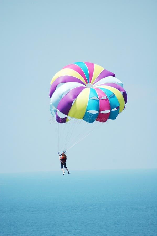 färgat mång- hoppa fallskärm arkivfoton