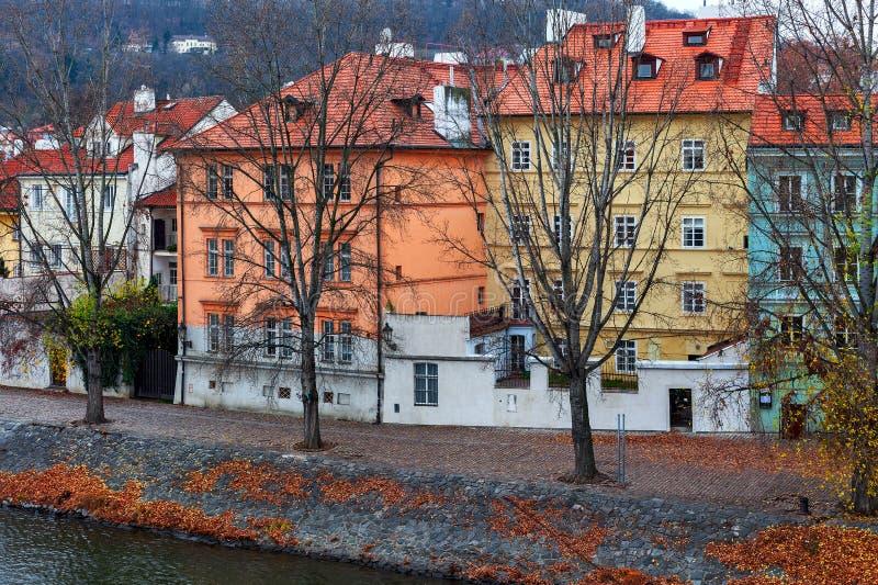Färgbebyggda hus vid Vltava-flodens strand i Prag royaltyfri fotografi