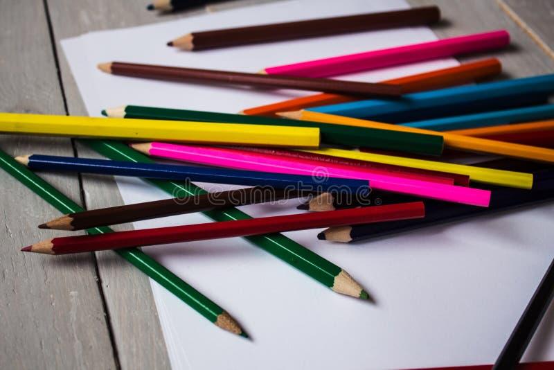 färgblyertspenna i en röra royaltyfria foton
