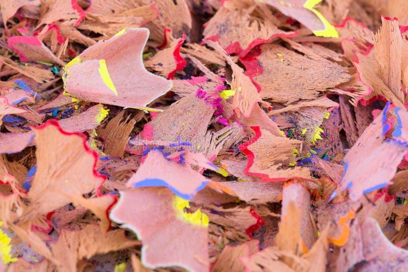 Färgblyertspennan rakar bakgrund Färgrika blyertspennashavings i närbild Blyertspennashavingstapet arkivfoton