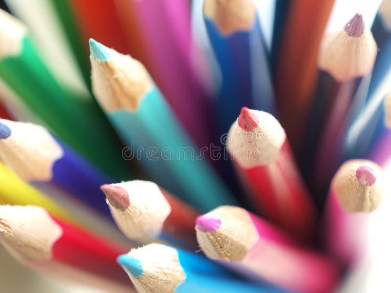 färgblyertspennor arkivfoto