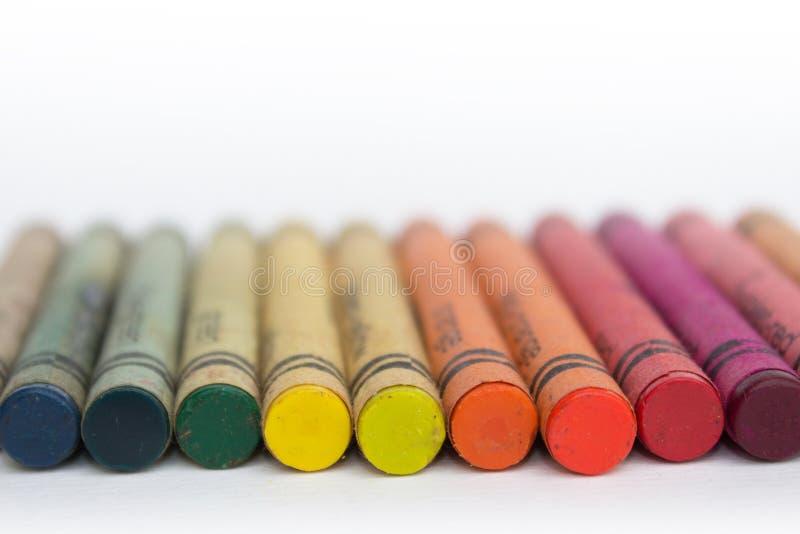 Färgblyertspennor/gammal closeup för vaxfärgpennor royaltyfri foto