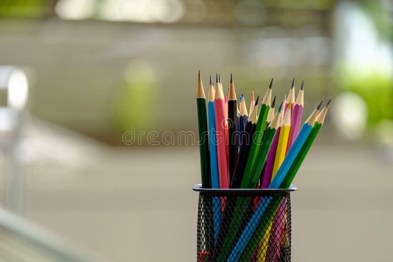 Färgblyertspennor i ask royaltyfri fotografi