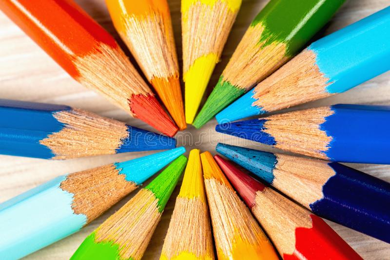 Färgblyertspennor i en cirkel på en vit bakgrund Dra med kul?ra blyertspennor arkivfoto