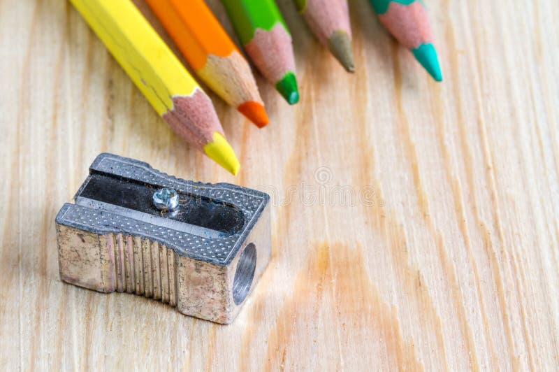 Färgblyertspennor med en vässare arkivbild
