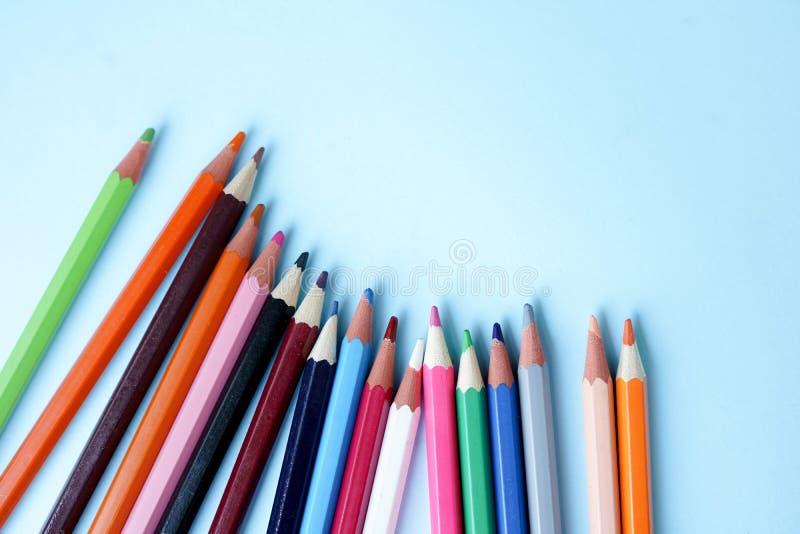 Färgblyertspennor på blått bakgrundsslut upp tillbaka skola till arkivbilder