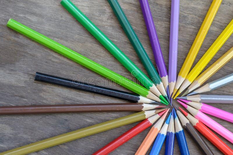 Färgblyertspennor på den gamla wood bakgrunden fotografering för bildbyråer